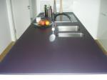 Bild einer küchenarbeitsplatte aus mattem Glas mit blauer Lackierung