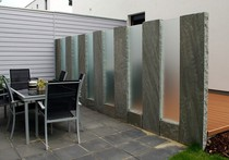 Bild einer Sichtschutzwand aus Stein und Glas