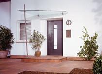 Bild von einem Glasvordach mit Edelstahlstange